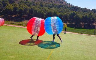 Personas jugandFutbol burbuja en Salamanca